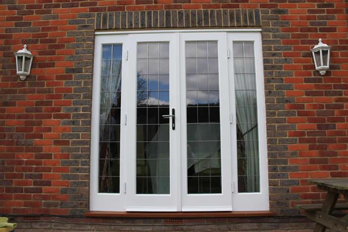 входные двери со стеклом для загородного дома цена
